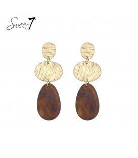 Goudkleurige oorbellen met een naturelkleurige hanger
