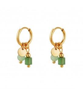 Goudkleurige oorbellen met twee groene stenen als bedel