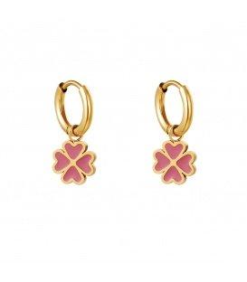 Goudkleurige oorbellen met een roze klaver