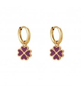 Goudkleurige oorbellen met een paarse klaver