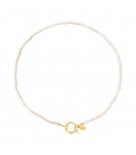 Goudkleurige halsketting met witte glaskralen en een ronde sluiting