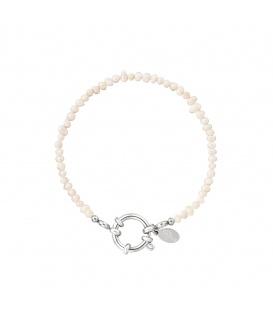 Zilverkleurige armband met witte glaskralen en een ronde sluiting
