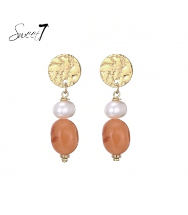Oorhangers met oranje kraal en parel en een goudkleurig oorstukje