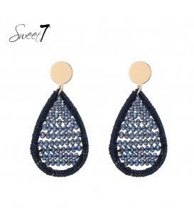 Blauwe oorhangers met een ovale hanger en glaskralen en een goudkleurig oorstukje