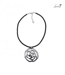 Zwarte rubberen koord halsketting met een mooie metalen hanger