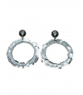 Zilverkleurige ronde oorhanger gemaakt van zilverkleurige pailletjes