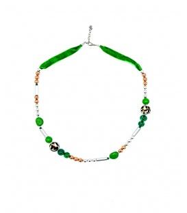 Groene halsketting van velours,dierenprint en goud met zilverkeurige metalen kralen