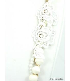 Wit met goudkleurige 3 strengs halsketting met kanten bloem