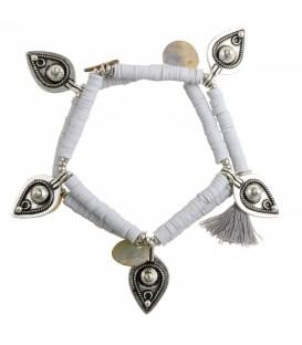 Twee armbanden met platte kralen van klei, bedels in druppelvorm en een kwastje.