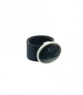 Donkerblauwe ring met ovale steen. Ringmaat van de ring is 18 mm.