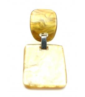 Bruine oorclips met vierkante hanger. Lengte van de clip oorbel is 5 cm.