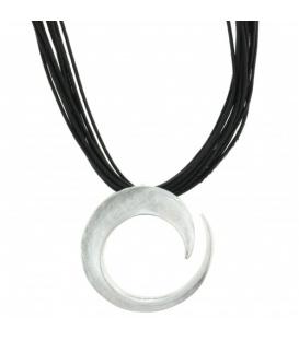 Zwarte halsketting met mat zilverkleurige hanger