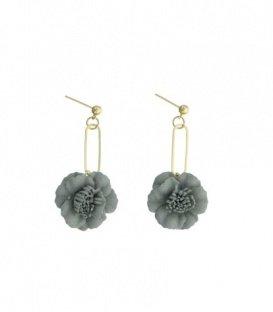 Licht grijze oorbellen met een hanger als een bloem