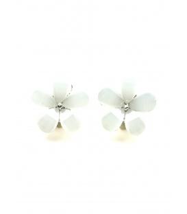 Mooie witte oorclips in de vorm van een bloemetje