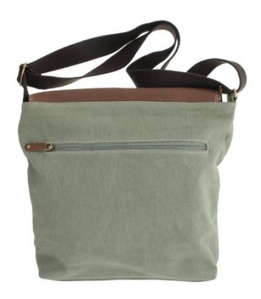 Licht grijze tas van canvas en een flap van leer met gesp